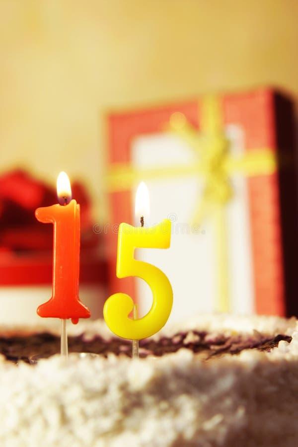 quindici anni Torta di compleanno con le candele burning immagini stock libere da diritti