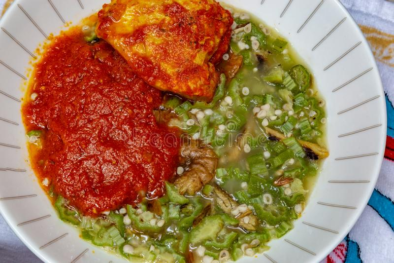 Quingombó, Okro Ila con shawa y cangrejos y guisado de pollo imagenes de archivo