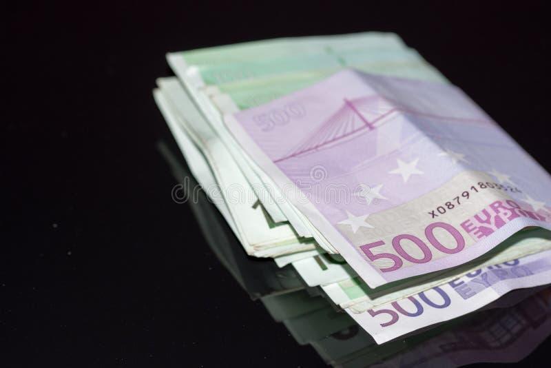 Quinientos cuentas euro apiladas con la goma imágenes de archivo libres de regalías