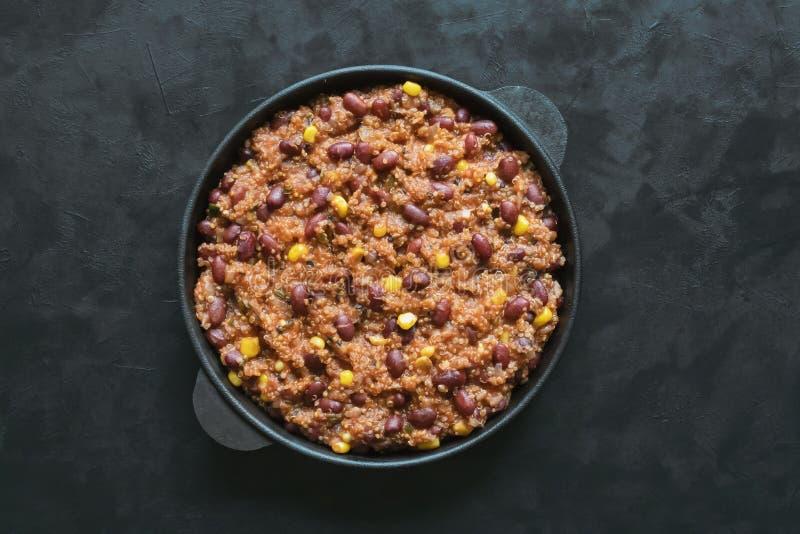 Quinoa κόκκινο τσίλι φασολιών στο μαύρο πίνακα στοκ φωτογραφίες με δικαίωμα ελεύθερης χρήσης