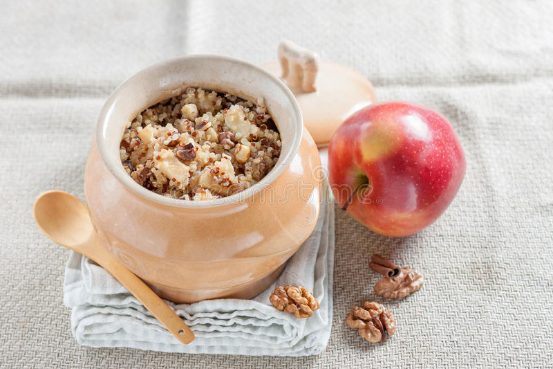 Quinoa κουάκερ με τα μήλα και τα ξύλα καρυδιάς στοκ φωτογραφία