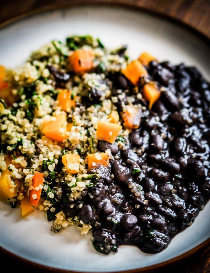 Quinoa με τα λαχανικά και τα μαύρα φασόλια στοκ φωτογραφίες
