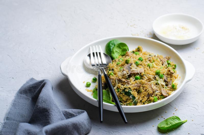 Quinoa με τα πράσινα μπιζέλια, το σπανάκι και το μανιτάρι, χορτοφάγο γεύμα στοκ φωτογραφία με δικαίωμα ελεύθερης χρήσης