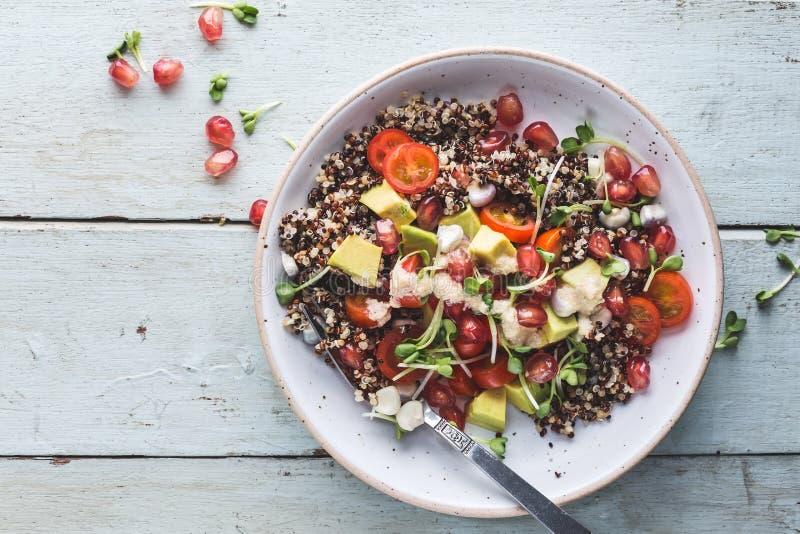 Quinoa σαλάτα με το αβοκάντο, τις ντομάτες, το καλαμπόκι και τη σάλτσα Tahini στοκ εικόνες