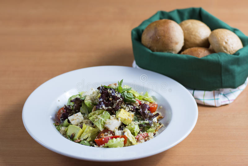 Quinoa σαλάτα με το ψωμί στοκ εικόνες