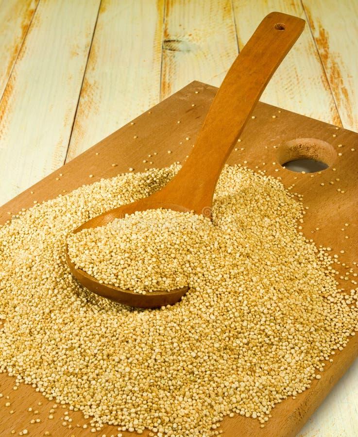 Quinoa σιτάρια σε μια ξύλινη κινηματογράφηση σε πρώτο πλάνο πινάκων στοκ εικόνες με δικαίωμα ελεύθερης χρήσης