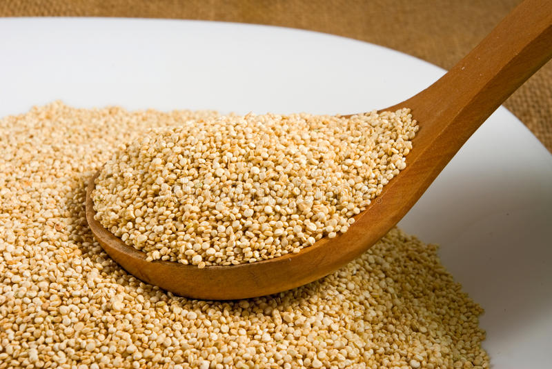 Quinoa σιτάρια σε μια ξύλινη κινηματογράφηση σε πρώτο πλάνο πινάκων στοκ εικόνες