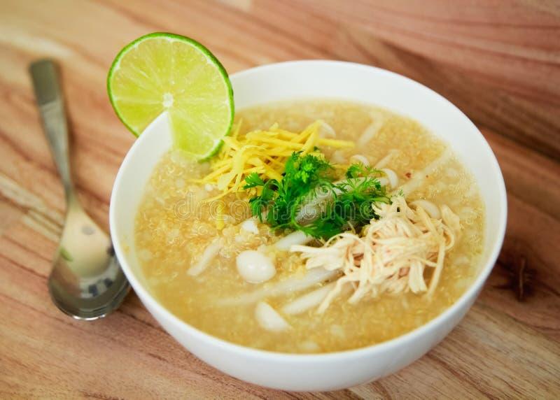 Quinoa σούπα με το μανιτάρι και τα χορτάρια στοκ φωτογραφία με δικαίωμα ελεύθερης χρήσης