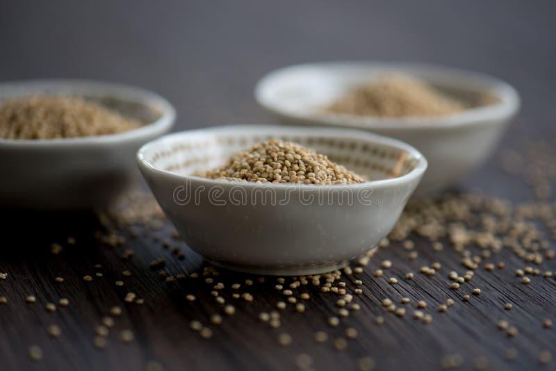 Quinoa branco em umas bacias pequenas foto de stock
