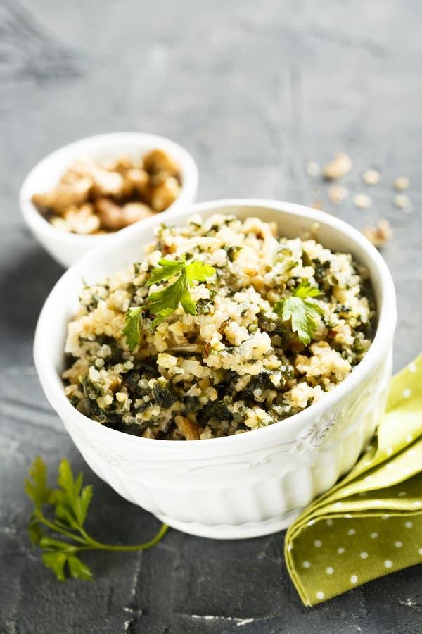 Quinoa com ervas e nozes imagem de stock royalty free