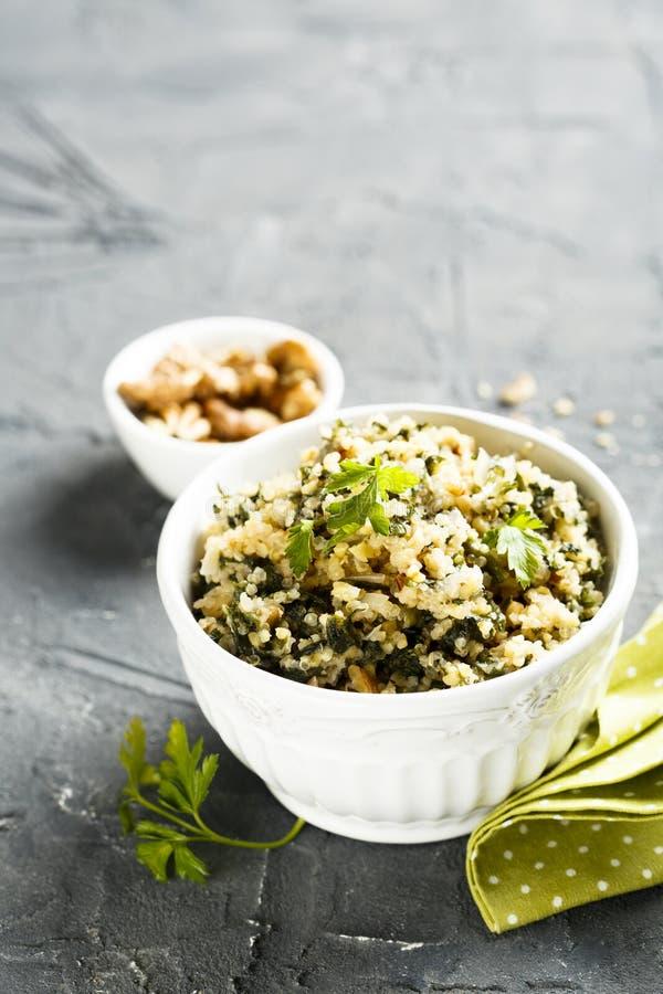 Quinoa com ervas e nozes fotografia de stock royalty free