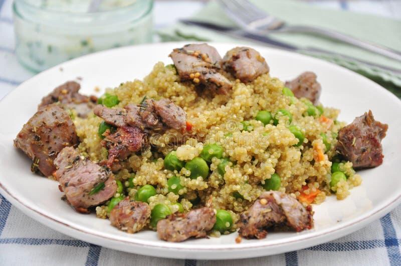 Quinoa com ervilhas e carne do cordeiro fotos de stock