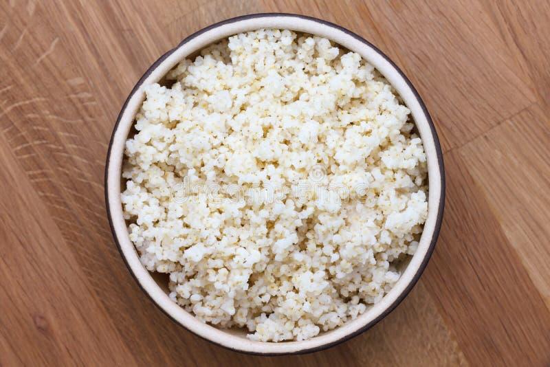 Quinoa cucinata in una ciotola ceramica fotografia stock