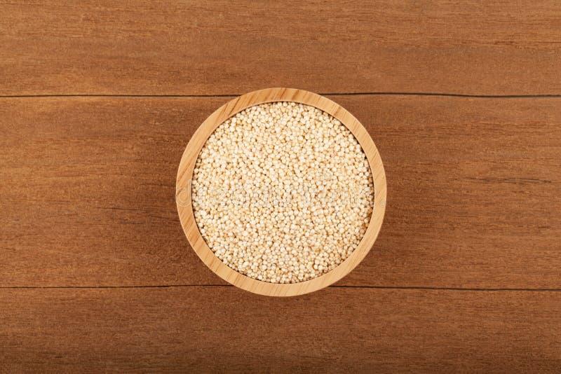 Quinoa en cuenco de madera fotos de archivo libres de regalías
