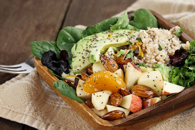Quinoa et salade de fruits photos stock
