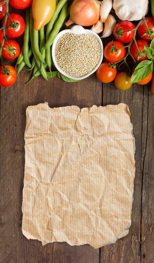 Quinoa i en bunke och nya grönsaker arkivfoto