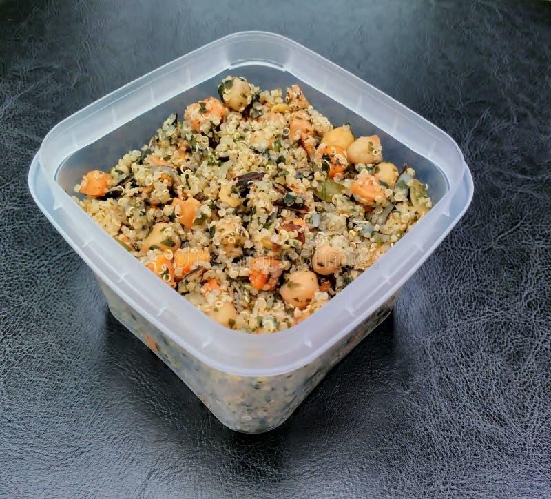 Quinoa, insalata della patata dolce e del cece e contenitore da portar via fotografie stock