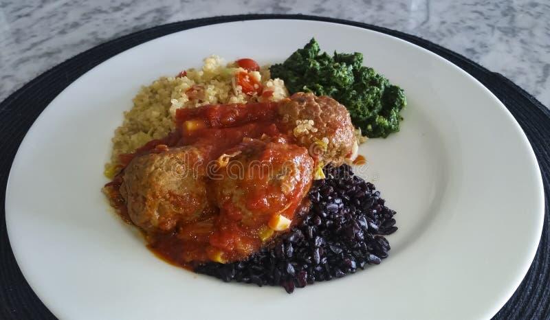 Quinoa, klopsiki, czarni ryż i szpinak, zdrowy jedzenie fotografia stock