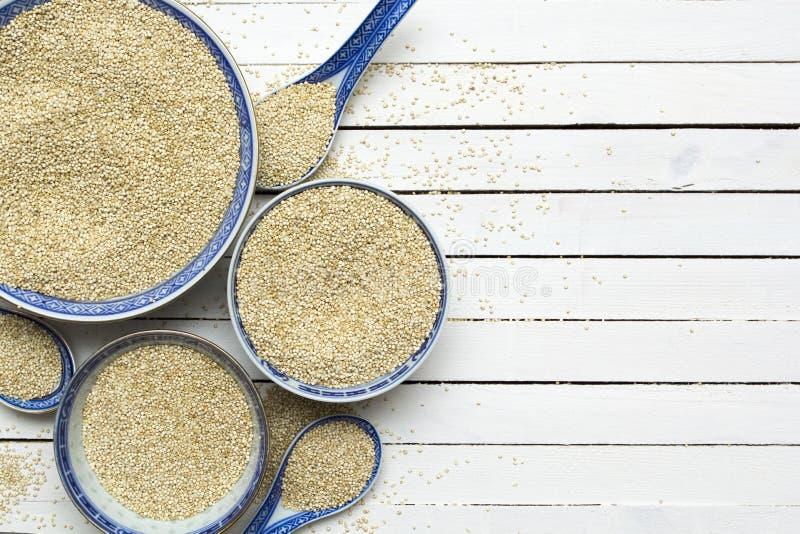 Quinoa in kommen op witte houten lijst Hoogste mening De ruimte van het exemplaar royalty-vrije stock afbeelding