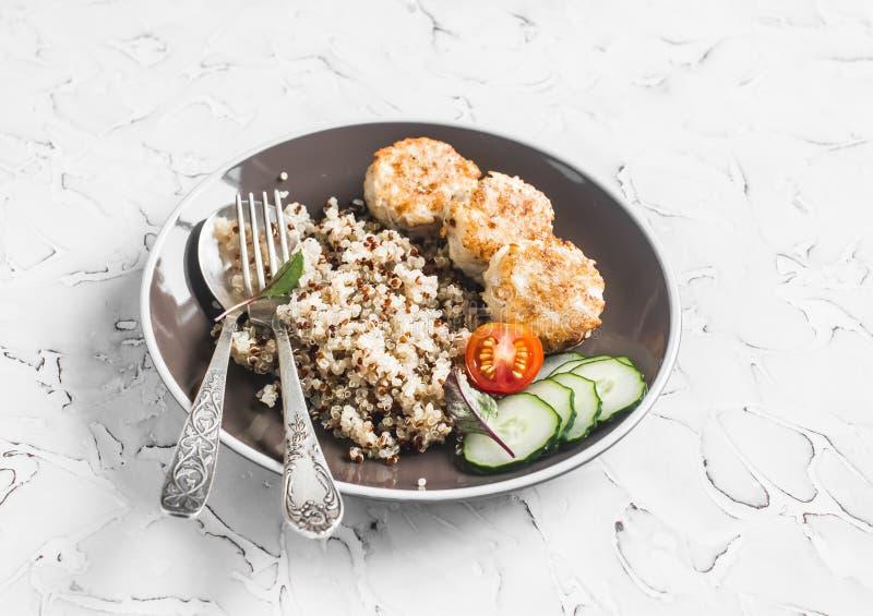 Quinoa, kurczaków klopsiki i świezi warzywa na lekkim tle, fotografia stock