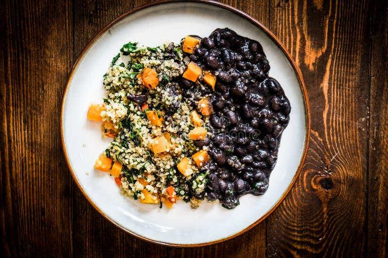 Quinoa med grönsaker och svarta bönor arkivfoto