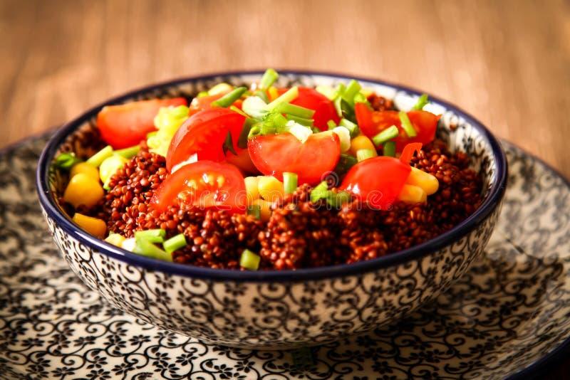 Quinoa med tomater chili och havre på en platta royaltyfria foton