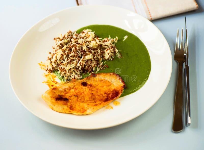 Quinoa met noedel, spinaziesaus en geroosterd kippenlapje vlees stock afbeelding