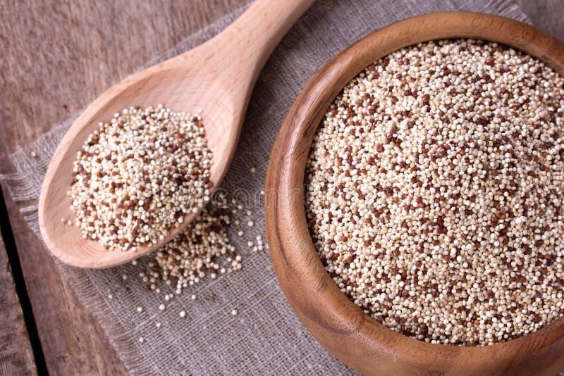 Quinoa på träskrivbordet royaltyfria bilder