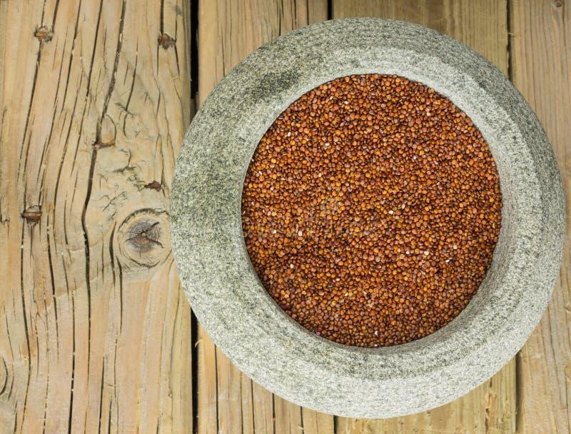 Quinoa rouge dans une cuvette en pierre image stock