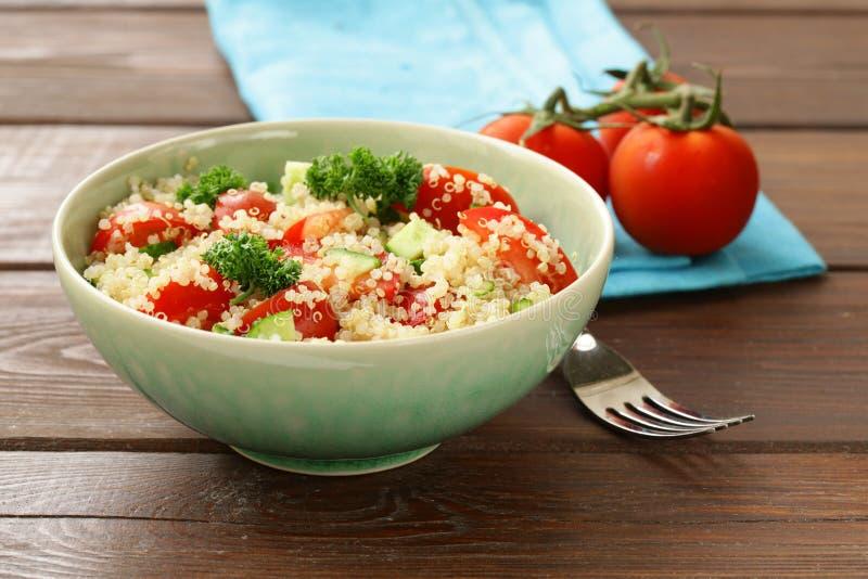Quinoa sałatka z ogórkiem i pomidorem fotografia royalty free