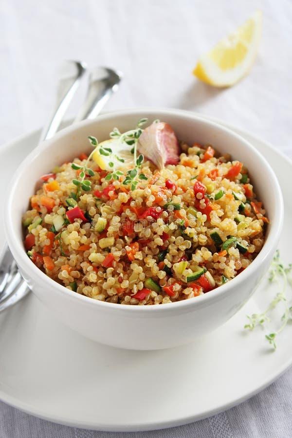Quinoa sałatka z warzywami miesza, cytryna i macierzanka zdjęcia stock
