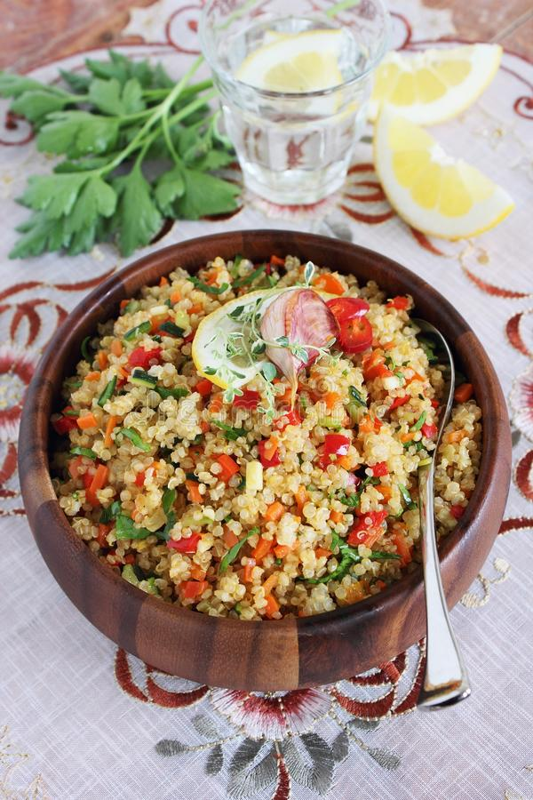 Quinoa sałatka z warzywami miesza, cytryna i macierzanka obraz stock