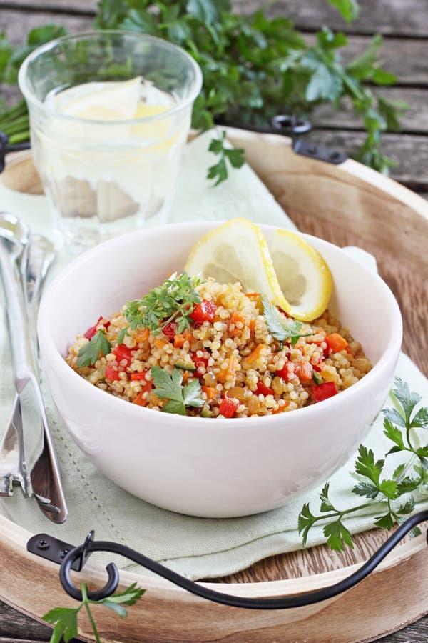 Quinoa sałatka z warzywami, ziele i cytryną, fotografia royalty free