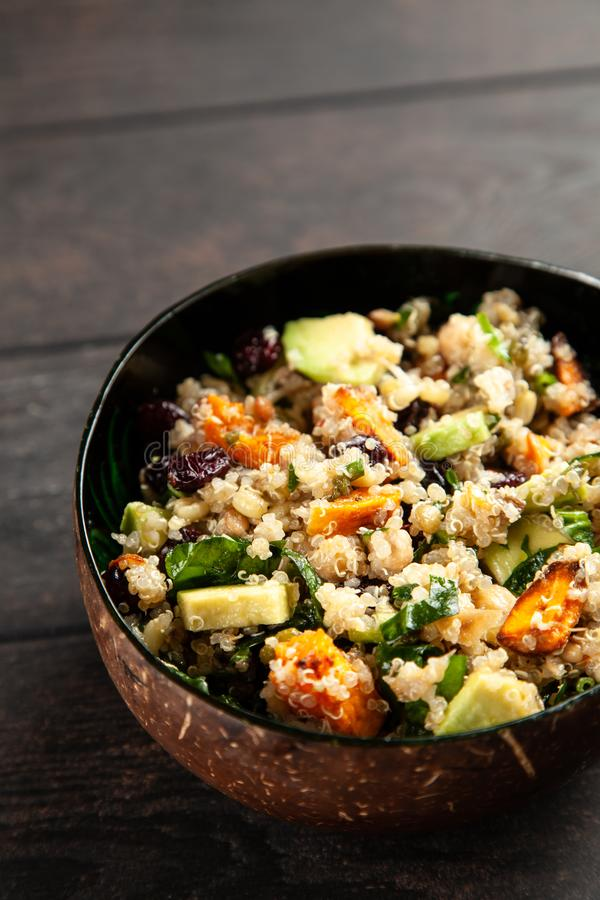 Quinoa salade in een kom stock afbeelding