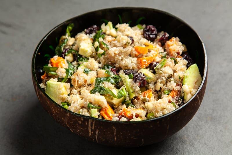 Quinoa salade in een kom stock afbeeldingen