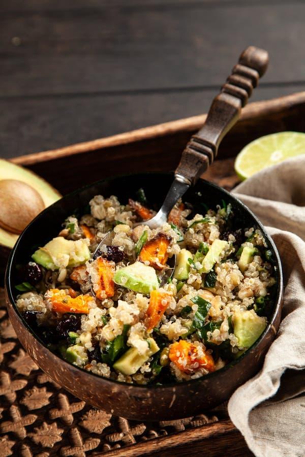 Quinoa salade in een kom stock foto's