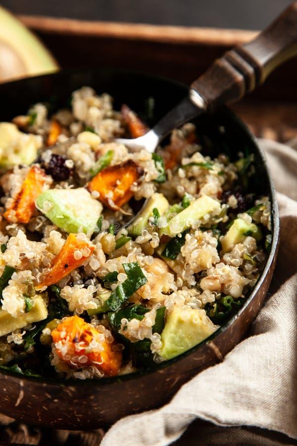 Quinoa salade in een kom royalty-vrije stock foto's