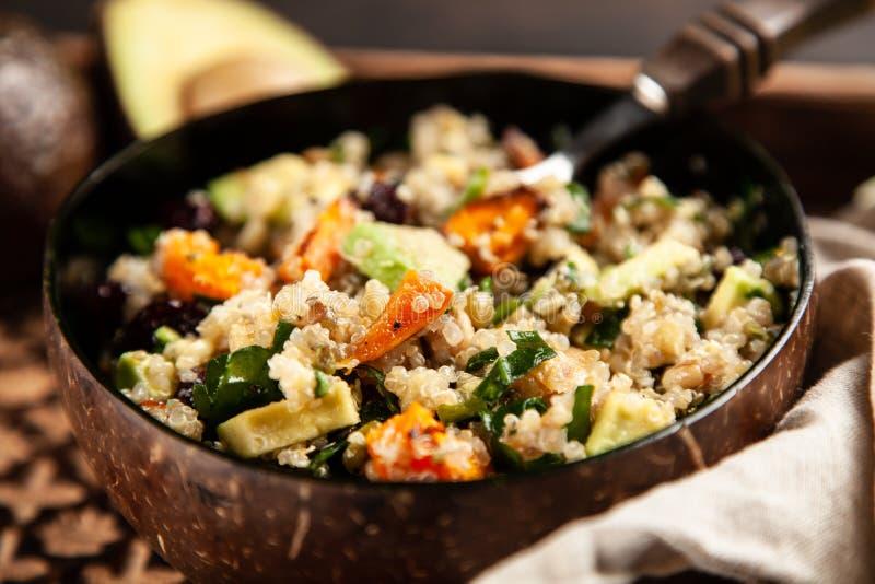 Quinoa salade in een kom royalty-vrije stock afbeeldingen
