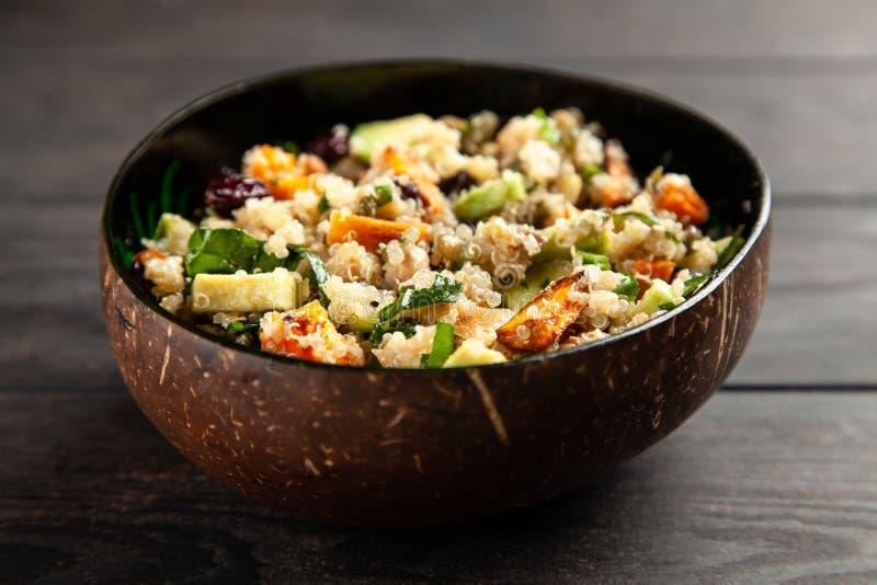 Quinoa salade in een kom royalty-vrije stock fotografie