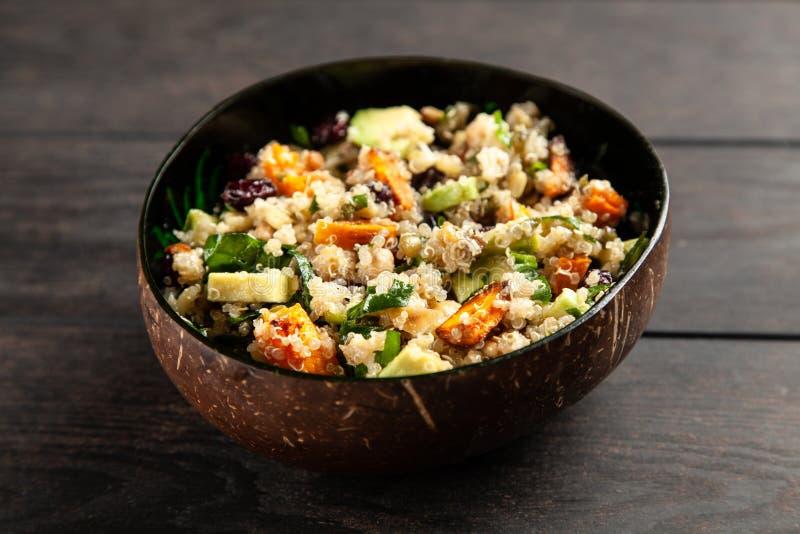 Quinoa salade in een kom stock fotografie