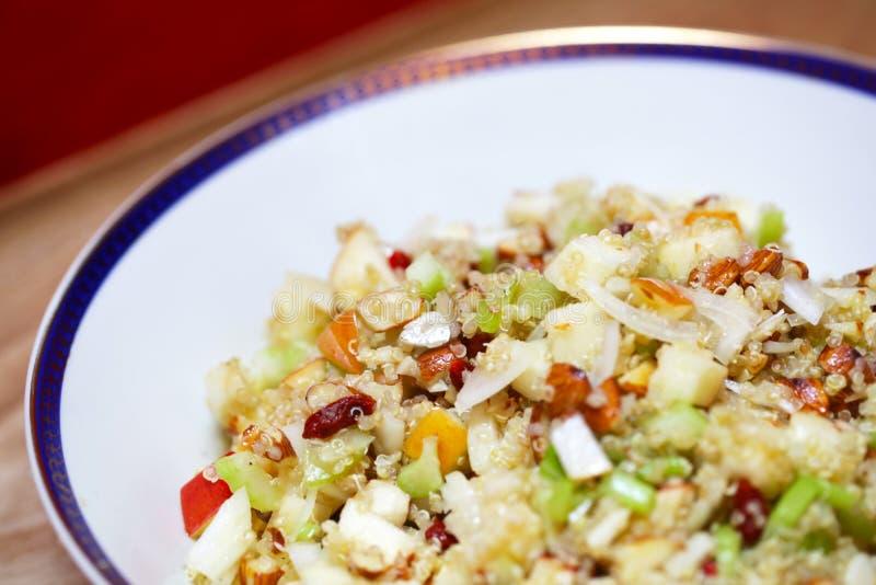 Quinoa salade met appelen, selderie en gojibessen royalty-vrije stock afbeelding