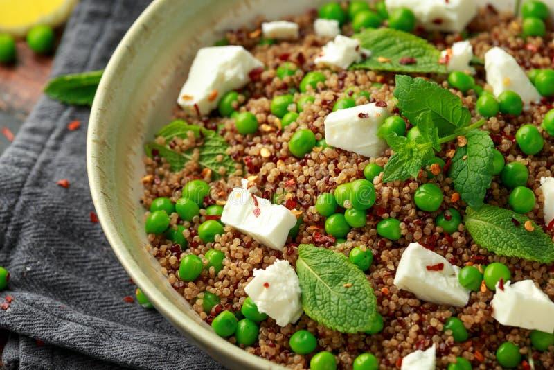 Quinoa salade met groene erwt, munt, feta-kaas en chili-vlok gezonde voeding royalty-vrije stock foto's