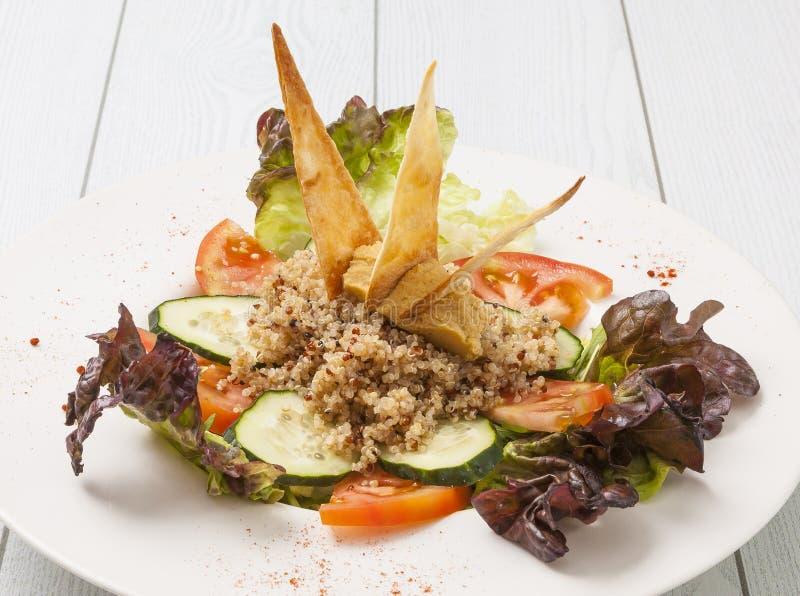 Quinoa salade op houten lijst wordt gediend die stock afbeelding