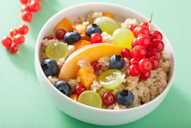 Quinoa saudável do café da manhã com o mirtilo g da nectarina da baga dos frutos imagens de stock royalty free