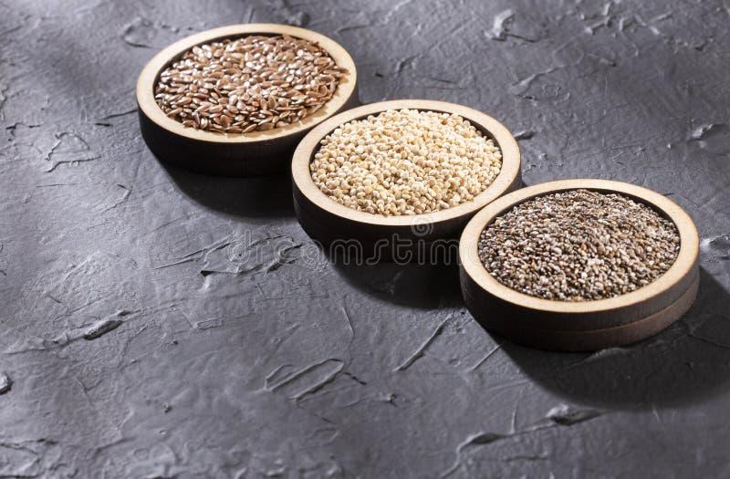Quinoa, seme di lino e chia - semi organici Superfoods Spazio del testo fotografie stock