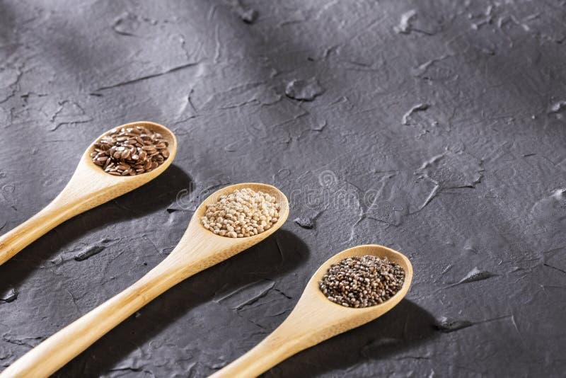 Quinoa, seme di lino e chia - semi organici Superfoods Spazio del testo immagini stock libere da diritti