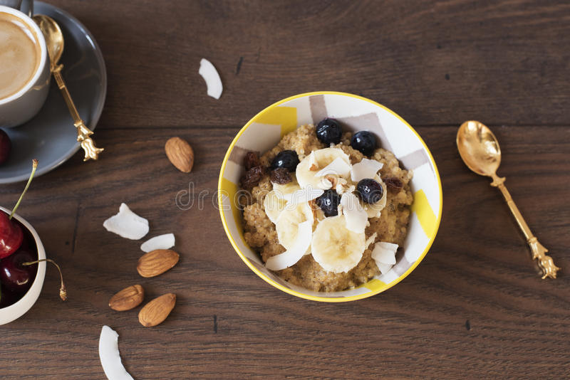 Quinoa van de amandelmelk met Verse Vruchten, Kersen en Koffie Gezond Ontbijt, Levensstijlconcept Hoogste mening Donkere houten a stock afbeelding