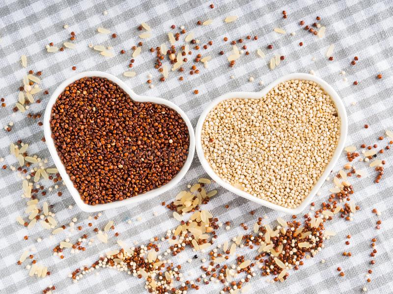 Quinoa van de gluten vrije korrel in kommen op keukenlijst royalty-vrije stock afbeelding