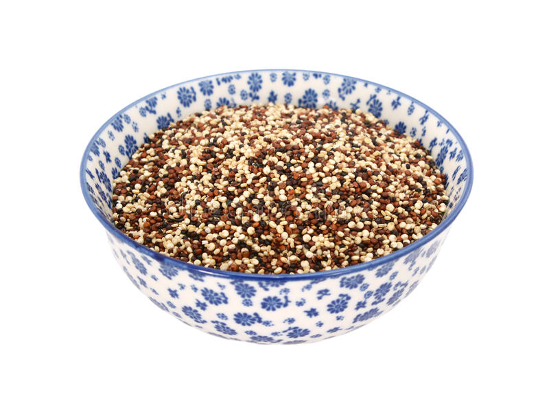 Quinoa vermelho, branco e preto misturado em uma bacia azul e branca da porcelana imagens de stock
