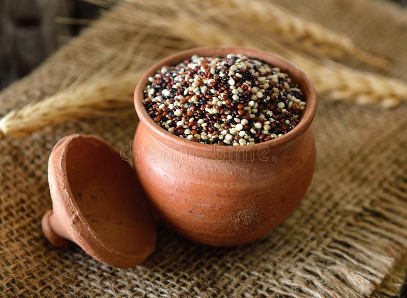 Quinoa zaden in kom op hout stock afbeelding